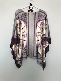 purple and white floral printed scoop-neck shirt