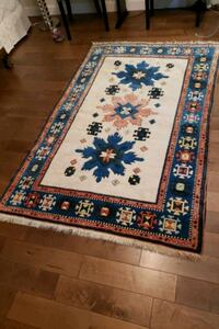 STUNNING HAND KNOTTED RUG