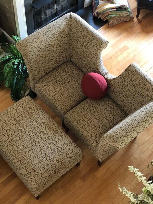 Loveseat/sofa very stylish and contemporary w/ matching ottoman $300 2a4c6ceb-25dd-4685-9194-a86b6ace62fe