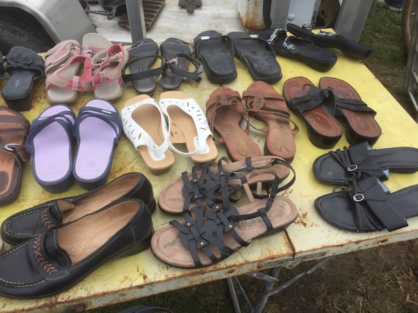 Assorted pairs of shoes and sandals c49a2f1f-65f5-41ef-a1aa-21de74357a5f