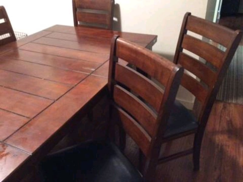 Dining table and chairs 9a57262e-46f6-4d13-88bf-13fa23d8984c