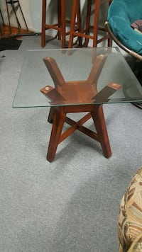 Nice solid end table and coffee table need gone Hazelwood, 63042