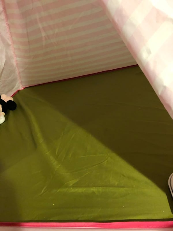 Girl's play tent eb85a039-3c59-43a6-82d1-9642fa1439fd