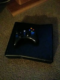 black Xbox 360 game console with controller Aurora, 80010