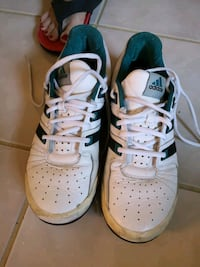 Tennis sports shoe size US 9