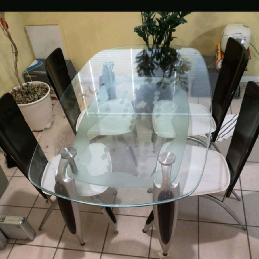 Solid glass dining tabke +6 chairs