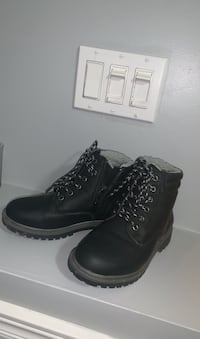 Boys black winter boots size 2 Toronto, M9C 4A2