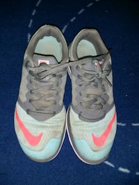 Nike Womens size 7.5 running shoes Aurora, L4G 0H1