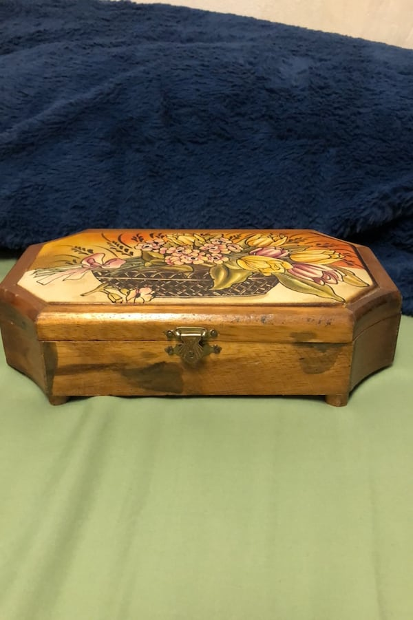 "Vintage jewelry or trinket boxWith soft leather top. 10"" x 6"" d49134fd-9320-4727-af66-da9a76e8fd3b"