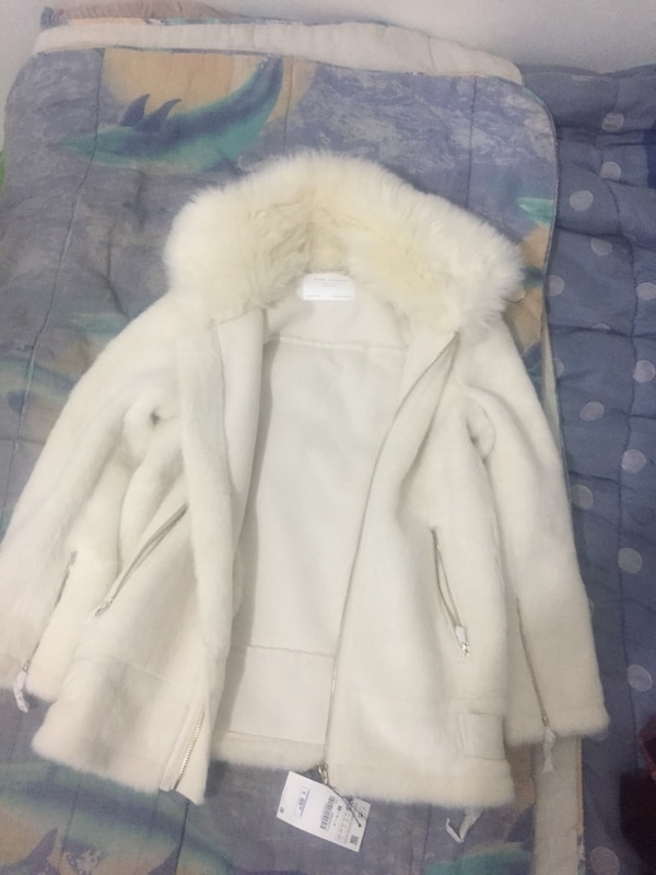 manteau de fourrure blanc et marron