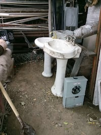 White sink with stand Bakersfield, 93308