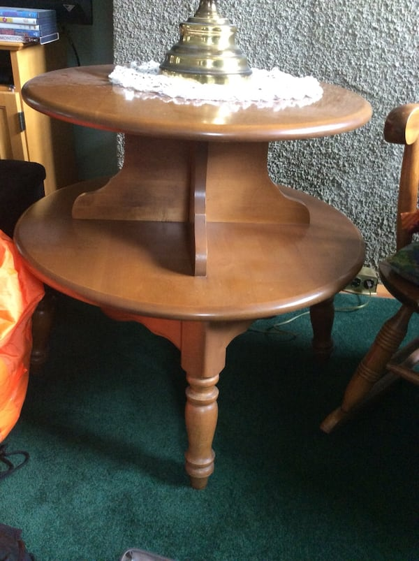 Two tier Round table 16122195-6c30-4471-9a87-13b88527af5a