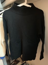 black scoop-neck long-sleeved shirt 安娜堡, 48105