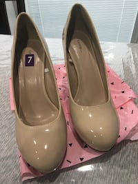 pair of women's brown leather pumps 550 km
