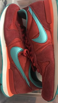 Worn once 9.5/10 condition Nike women's internationalist size 7.5