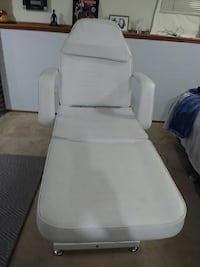 white leather chaise lounge 2663 km