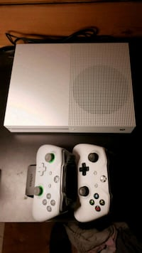 XBOX ONE 1TB (WHITE) two controllers + usb charger Gabriola, V0R 1X5