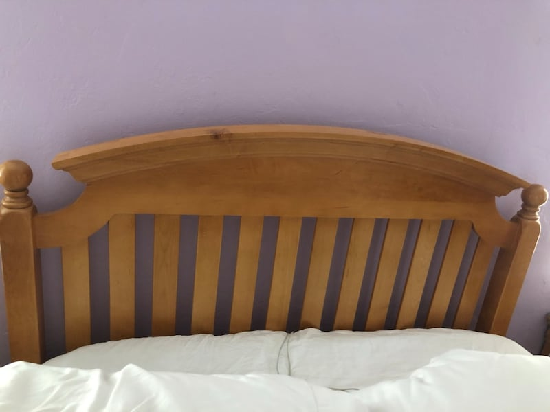 FULL SIZE SOLID WOOD BED 050d4f40-a93f-4226-8400-9179c61b5936