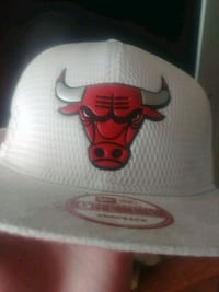 white and red Chicago Bulls fitted cap Surrey, V3W 2P2