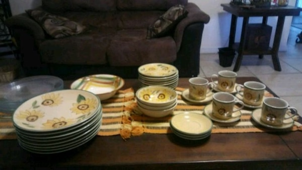Sunflower Dish set with free clear plates
