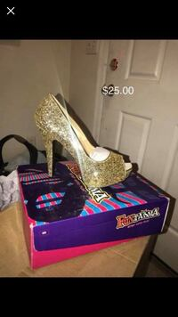 Pair of women's gold platform stilettos with box Ashburn, 20147