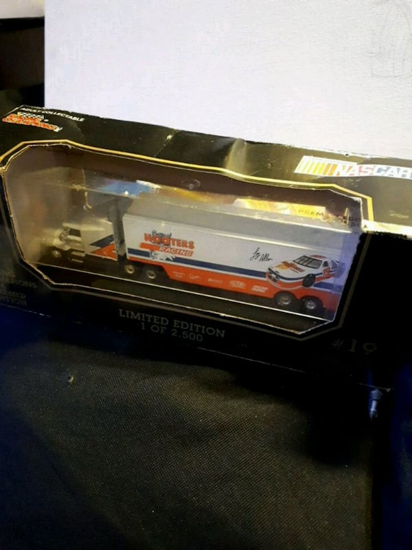 Racing Champion Limited edition Hooters Long Rig 4aba6253-cb4a-4b0b-9f91-98f02fcf6141