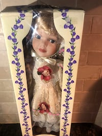 COLLECTORS GENUINE HAND PAINTED PORCELAIN DOLL!