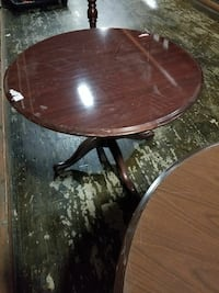 round brown wooden pedestal table Alexandria, 22310