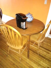 Round solid wood table with 4 chairs excellent con Cambridge, N1S 2R8