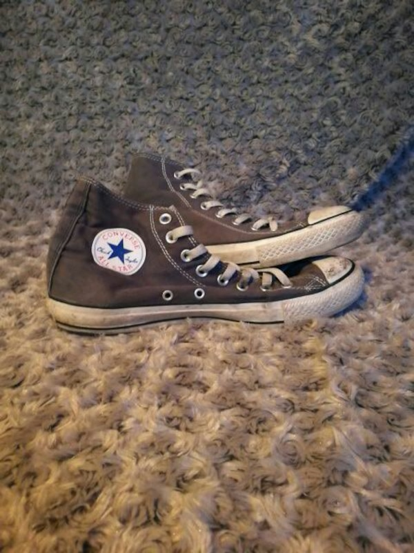 par grå-och-vita Converse All-Star sneakers