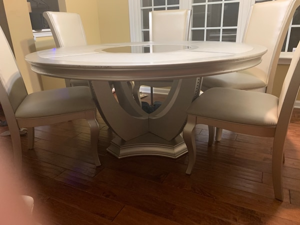 Nice Kitchen Table Sits 6 Hit Has A Fewer Cuts An Blemishes But It Is Still A Nice Kitchen Table Set