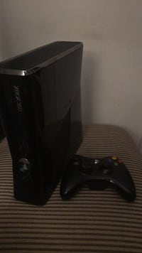 Xbox 360 S Console w/ Controller (Gloss Finish) Laval, H7X