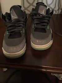 pair of gray-and-white Nike basketball shoes Seale, 36875