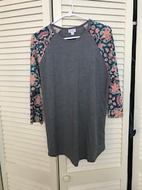 gray and pink floral scoop-neck long-sleeve shirt
