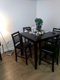 Square brown wooden table with 4 chairs din Hamilton