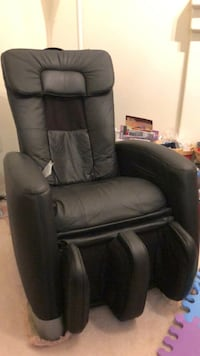 Massage chair with remote Whitchurch-Stouffville, L0G 1E0