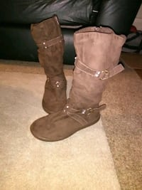 pair of brown boots Newton, 50208