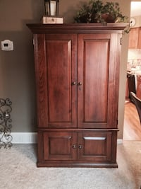 Armoire, excellent condition, perfect size for smaller spaces