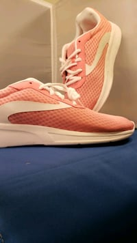 Pink and white women's size 11 shoe Larned, 67550