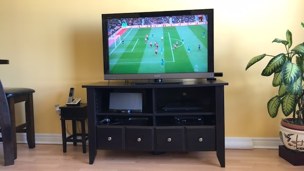 brown wooden tv stand 9d12e2f1-09c8-4a5f-8a57-5671f80900f0