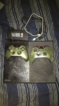 XBOX ONE w/Two controllers  35 km