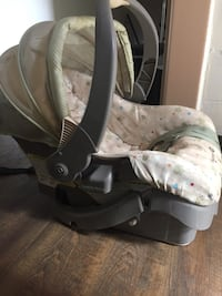 Baby's white and gray car seat  Montreal, H1G 2Y1