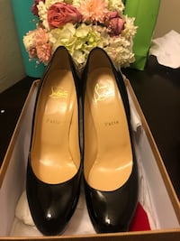 pair of black leather pumps null