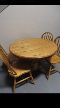 Used 42''Inch Oak Round Table With Leaf & 4 Chairs Edmonton, T5P
