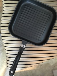 Cast iron light excellent quality. Can cook three steaks.  Can go in oven too or on bbq also. Like new Brossard, J4W 1Z1