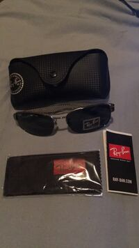 black Ray-Ban sunglasses with case Toronto, M4A 2T1
