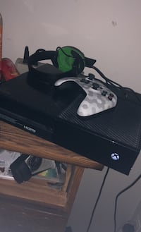 Xbox one with headset an controller Columbia, 21044
