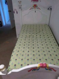 white wooden bed frame princes  Plant City, 33566