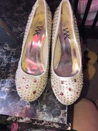 pair of white leather pumps 1291 mi