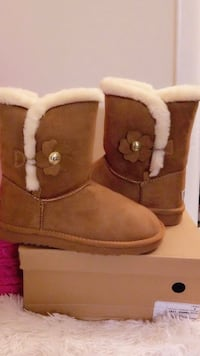 pair of brown UGG Bailey Button boots with box 29 km